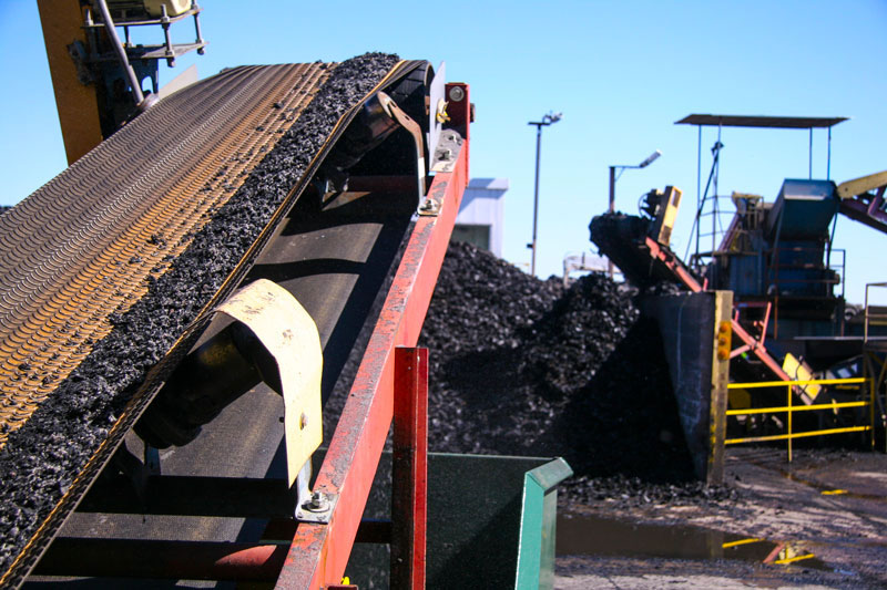 I-17 rubberized asphalt rubber from recycled tires on conveyer at CRM plant in mesa - ADOT photo, May 17